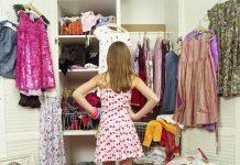 Devojka ispred garderobera