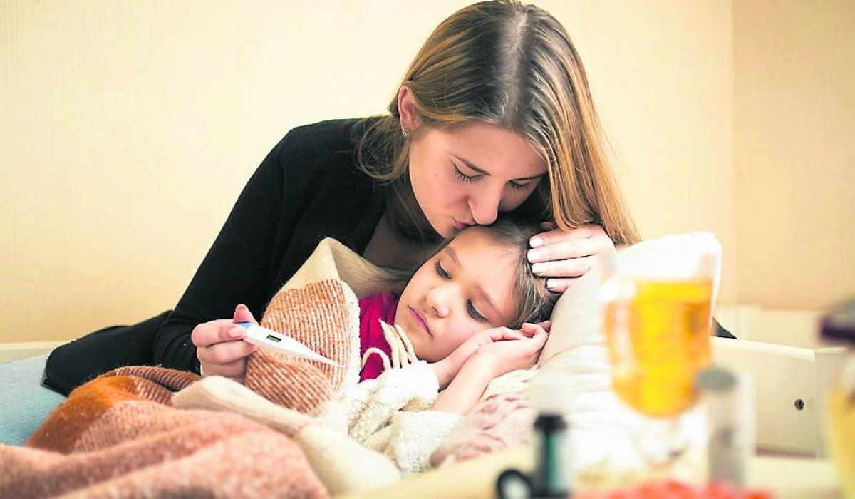 Majka meri temperaturu bolesnom detetu