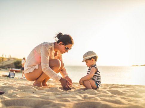 Mama i dete na plaži