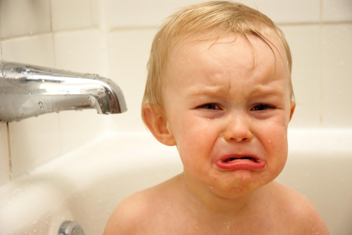Beba plače u kadi