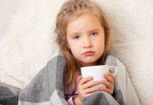 Devojčica pije čaj