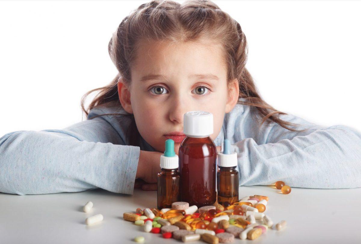 Devojčica sa tabletama lekovima