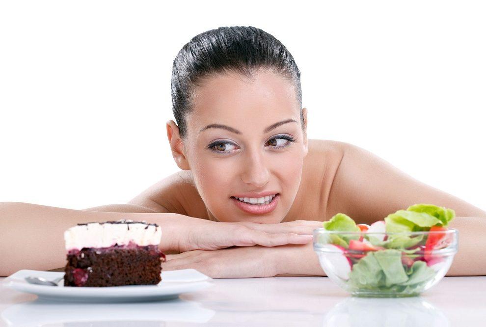 Devojka bira između torte i salate