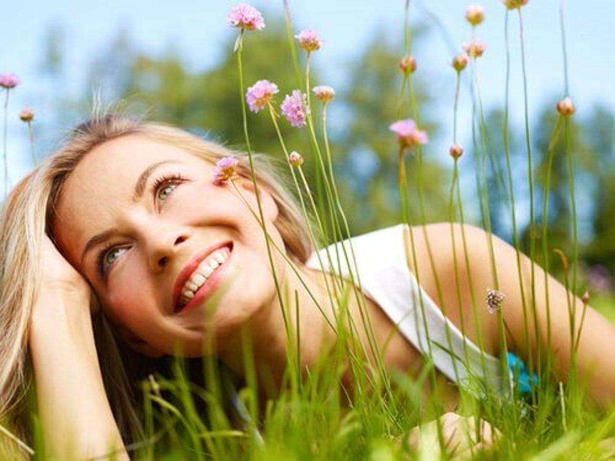Devojka u travi
