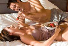 momak i devojka u krevetu sa jagodama