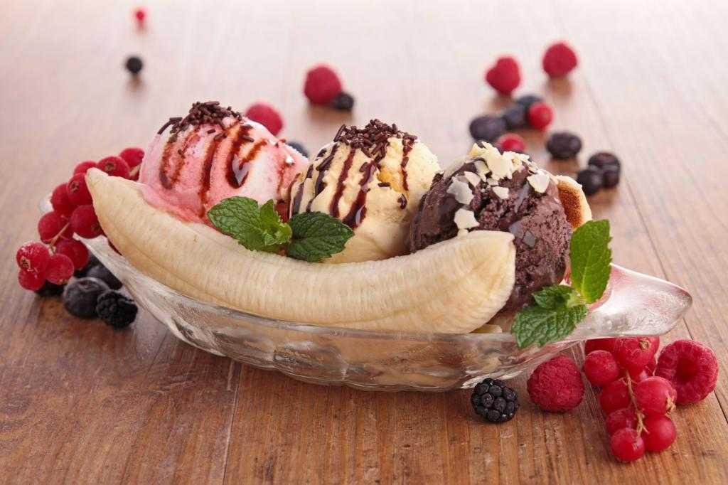 Banana split sa sumskim vocem i sladoledom